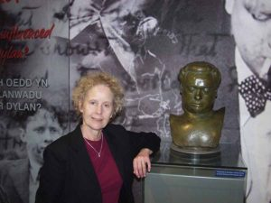 Aeronwy Thomas with bust of Dylan Thomas