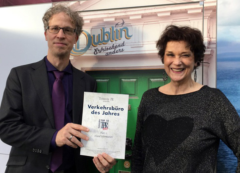 Oliver Treptow and Judith von Rauchhaupt, both Tourism Ireland, with the award certificate for number two tourist board in Germany, March 2018